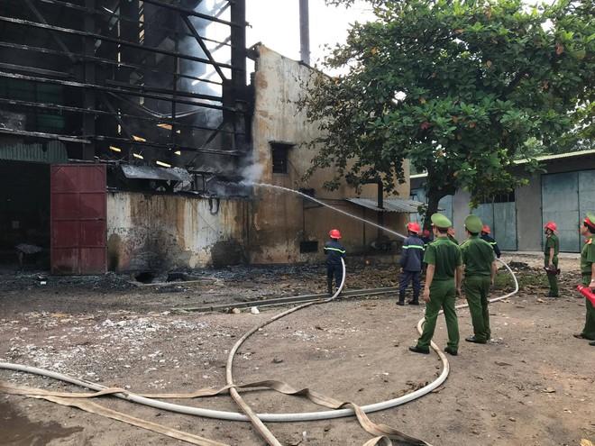 Nhà máy luyện thiếc bùng cháy dữ dội, cột khói cao hàng chục mét - ảnh 4