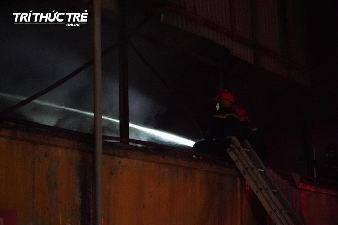 Toàn cảnh vụ cháy Công ty Bóng đèn phích nước Rạng Đông nhìn từ Flycam - Ảnh 5.