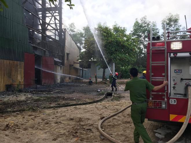 Nhà máy luyện thiếc bùng cháy dữ dội, cột khói cao hàng chục mét - ảnh 3