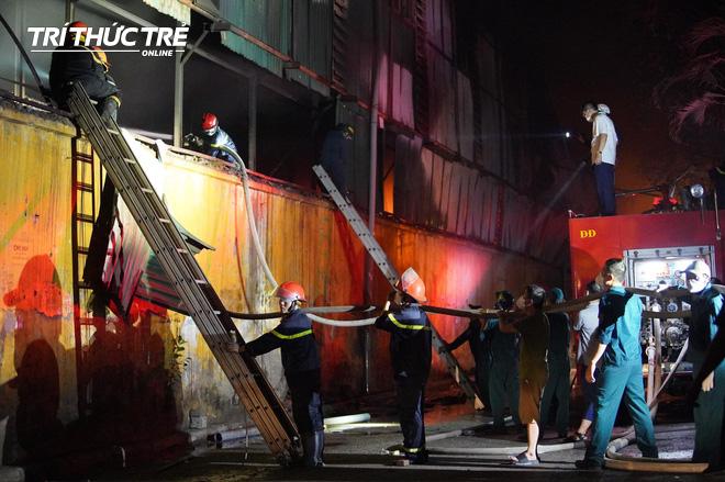 Toàn cảnh vụ cháy Công ty Bóng đèn phích nước Rạng Đông nhìn từ Flycam - Ảnh 7.
