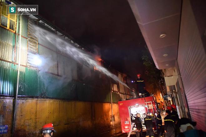 Hà Nội: Cháy dữ dội trong nhiều giờ tại nhà máy phích nước Rạng Đông - Ảnh 36.