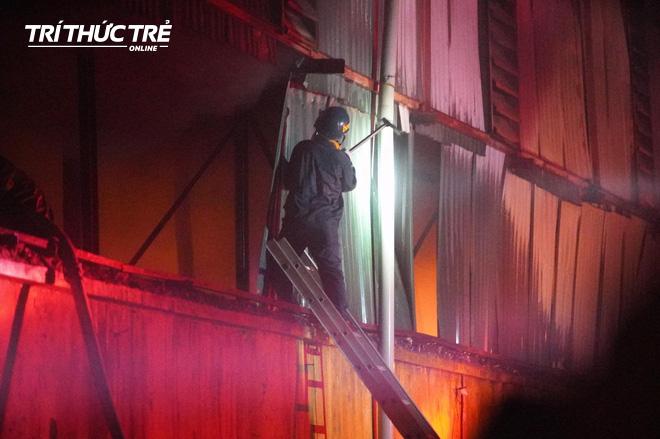 Toàn cảnh vụ cháy Công ty Bóng đèn phích nước Rạng Đông nhìn từ Flycam - Ảnh 9.