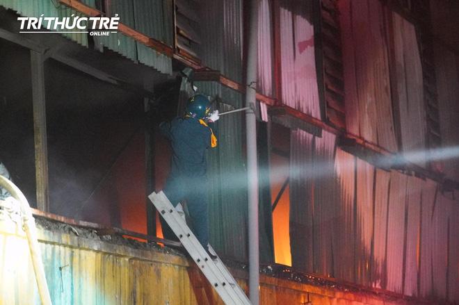 Toàn cảnh vụ cháy Công ty Bóng đèn phích nước Rạng Đông nhìn từ Flycam - Ảnh 11.