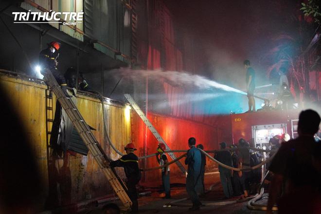Toàn cảnh vụ cháy Công ty Bóng đèn phích nước Rạng Đông nhìn từ Flycam - Ảnh 12.