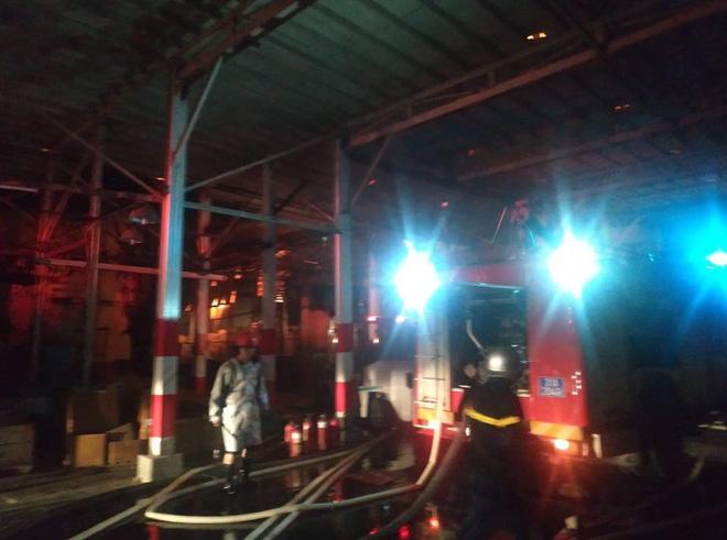 Hà Nội: Cháy dữ dội trong nhiều giờ tại nhà máy phích nước Rạng Đông - Ảnh 50.