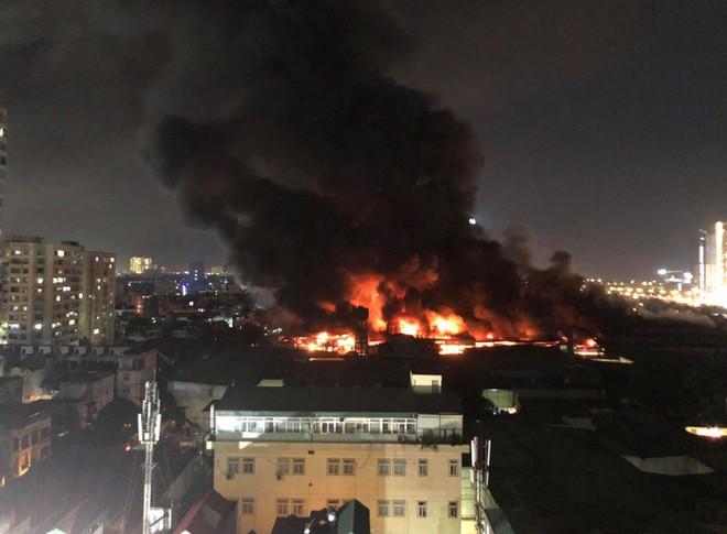 Hà Nội: Cháy dữ dội trong nhiều giờ tại nhà máy phích nước Rạng Đông - Ảnh 45.