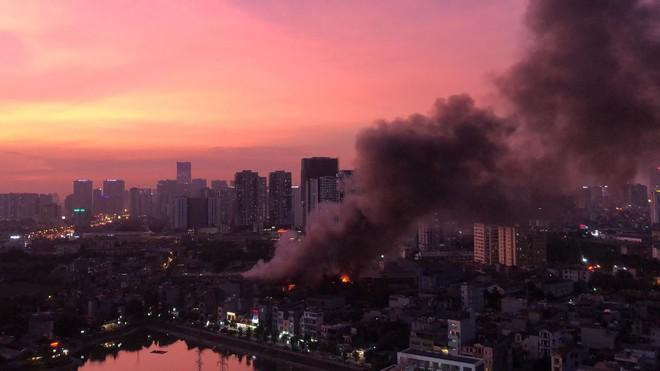Hà Nội: Cháy dữ dội trong nhiều giờ tại nhà máy phích nước Rạng Đông - Ảnh 44.