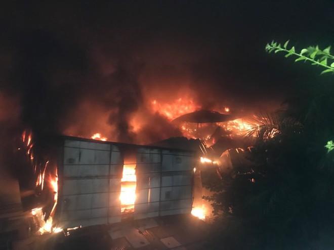 Hà Nội: Cháy dữ dội trong nhiều giờ tại nhà máy phích nước Rạng Đông - Ảnh 46.