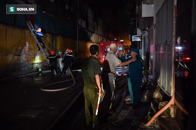Hà Nội: Cháy dữ dội trong nhiều giờ tại nhà máy phích nước Rạng Đông - Ảnh 32.