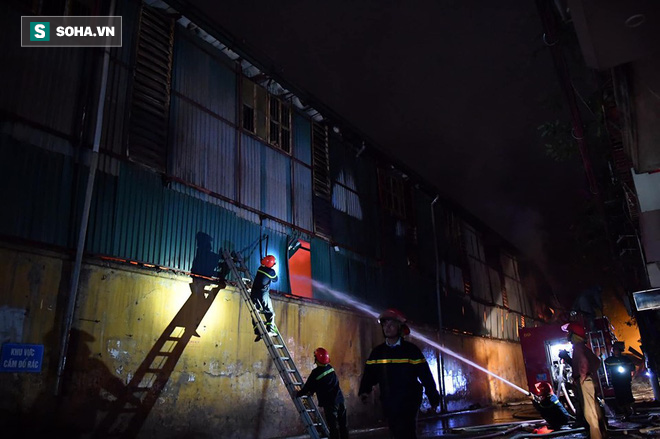 Hà Nội: Cháy dữ dội trong nhiều giờ tại nhà máy phích nước Rạng Đông - Ảnh 34.