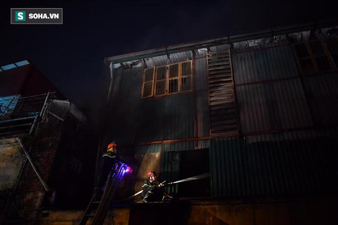 Hà Nội: Cháy dữ dội trong nhiều giờ tại nhà máy phích nước Rạng Đông - Ảnh 35.