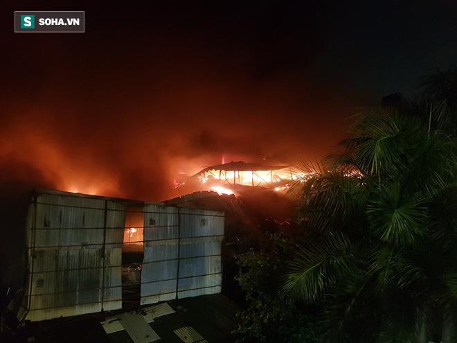 Hà Nội: Cháy dữ dội trong nhiều giờ tại nhà máy phích nước Rạng Đông - Ảnh 26.