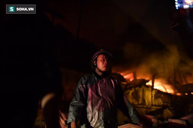 Hà Nội: Cháy dữ dội trong nhiều giờ tại nhà máy phích nước Rạng Đông - Ảnh 16.