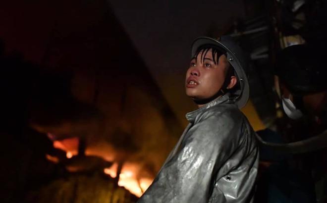 Hà Nội: Cháy dữ dội trong nhiều giờ tại nhà máy phích nước Rạng Đông
