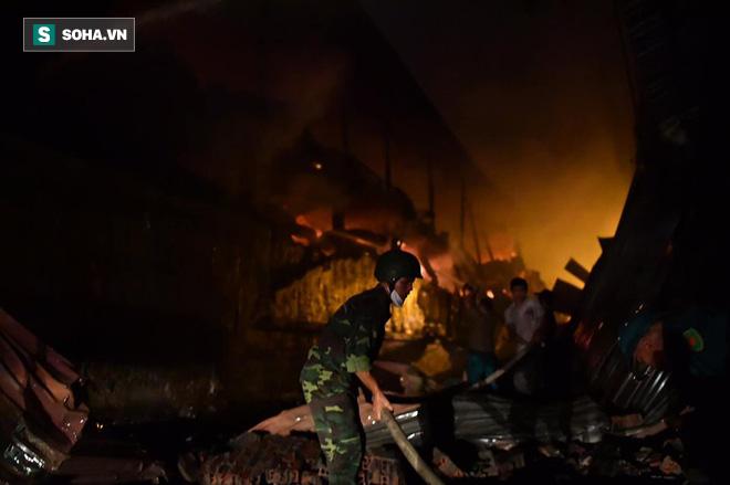 Hà Nội: Cháy dữ dội trong nhiều giờ tại nhà máy phích nước Rạng Đông - Ảnh 13.
