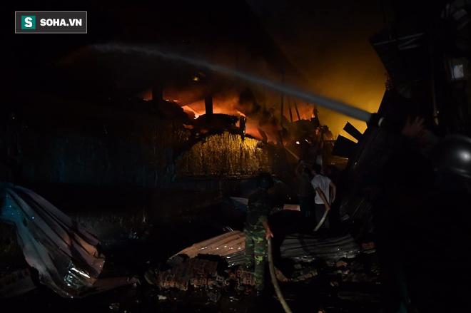 Hà Nội: Cháy dữ dội trong nhiều giờ tại nhà máy phích nước Rạng Đông - Ảnh 12.