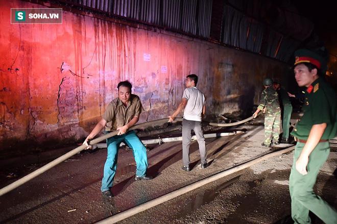 Hà Nội: Cháy dữ dội trong nhiều giờ tại nhà máy phích nước Rạng Đông - Ảnh 17.