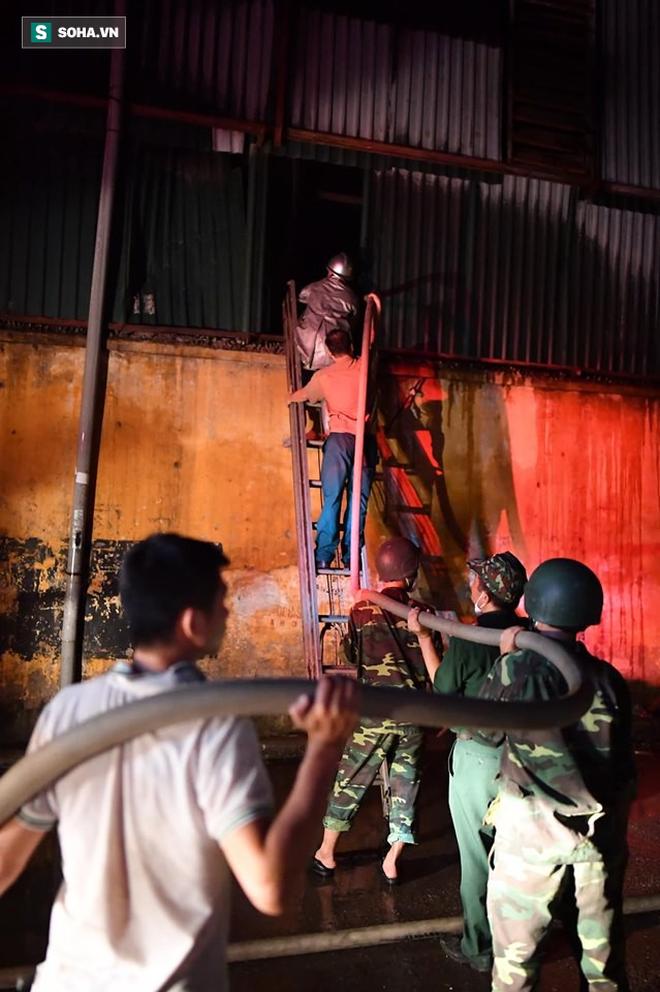 Hà Nội: Cháy dữ dội trong nhiều giờ tại nhà máy phích nước Rạng Đông - Ảnh 18.