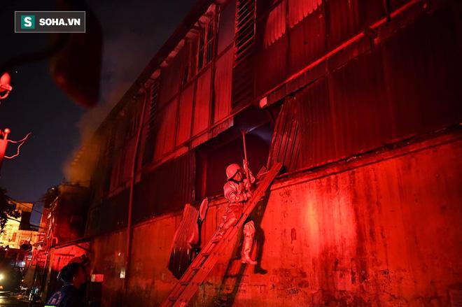 Hà Nội: Cháy dữ dội trong nhiều giờ tại nhà máy phích nước Rạng Đông - Ảnh 19.