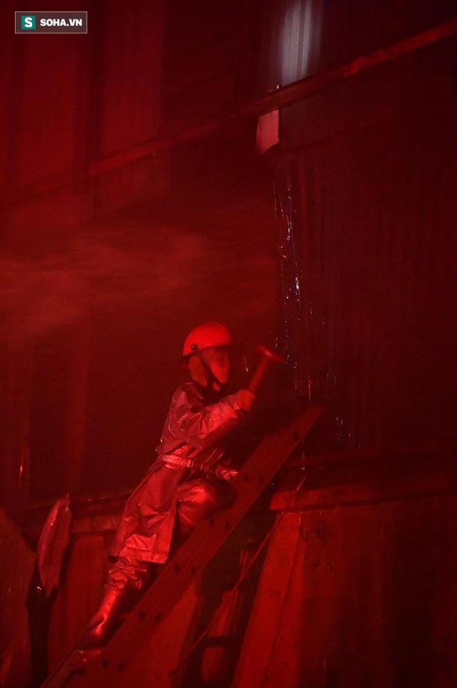 Hà Nội: Cháy dữ dội trong nhiều giờ tại nhà máy phích nước Rạng Đông - Ảnh 21.