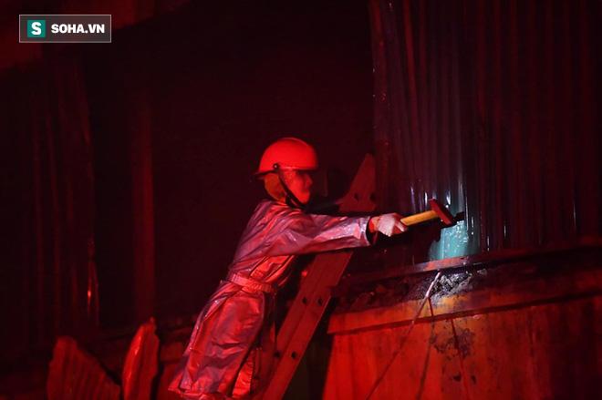 Hà Nội: Cháy dữ dội trong nhiều giờ tại nhà máy phích nước Rạng Đông - Ảnh 22.