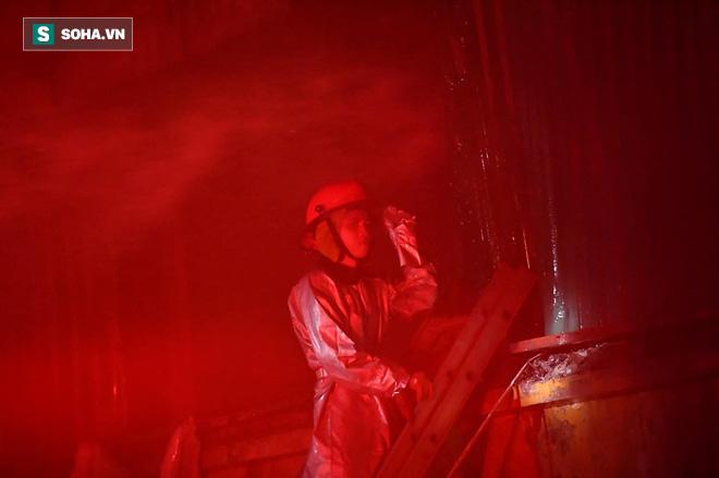 Hà Nội: Cháy dữ dội trong nhiều giờ tại nhà máy phích nước Rạng Đông - Ảnh 23.