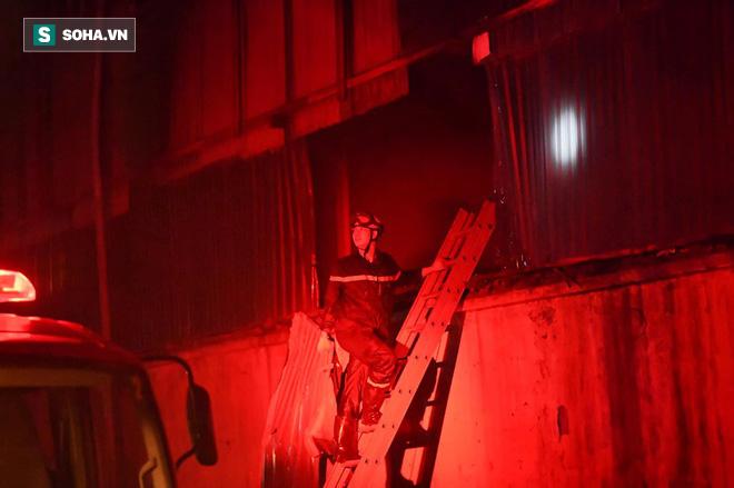 Hà Nội: Cháy dữ dội trong nhiều giờ tại nhà máy phích nước Rạng Đông - Ảnh 25.