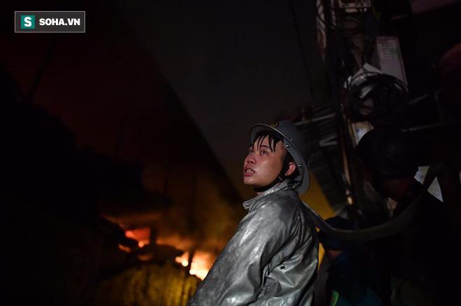 Hà Nội: Cháy dữ dội trong nhiều giờ tại nhà máy phích nước Rạng Đông - Ảnh 14.
