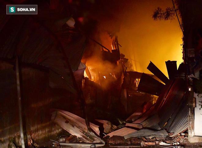 Hà Nội: Cháy dữ dội trong nhiều giờ tại nhà máy phích nước Rạng Đông - Ảnh 7.