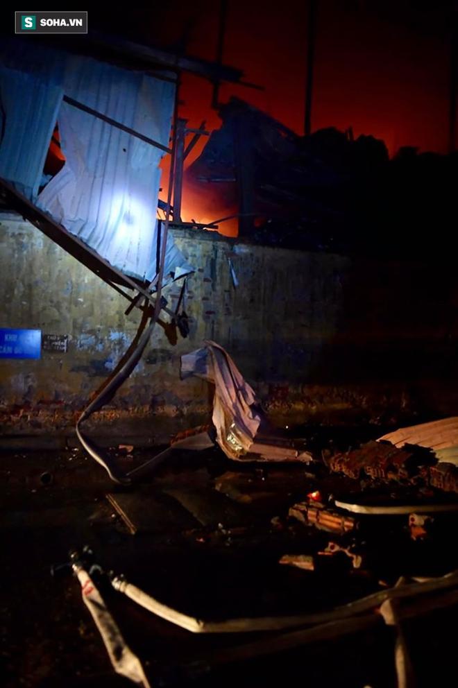 Hà Nội: Cháy dữ dội trong nhiều giờ tại nhà máy phích nước Rạng Đông - Ảnh 10.