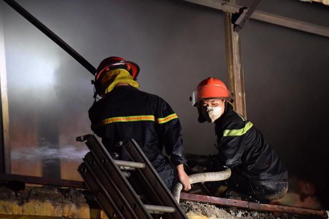 Hà Nội: Cháy dữ dội trong nhiều giờ tại nhà máy phích nước Rạng Đông - Ảnh 2.