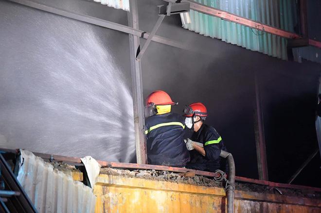 Hà Nội: Cháy dữ dội trong nhiều giờ tại nhà máy phích nước Rạng Đông - Ảnh 3.