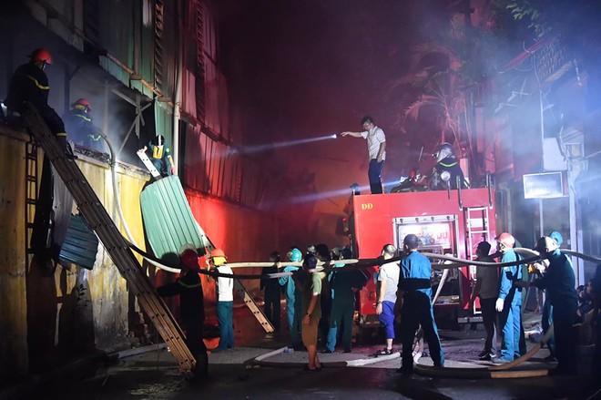 Hà Nội: Cháy dữ dội trong nhiều giờ tại nhà máy phích nước Rạng Đông - Ảnh 4.