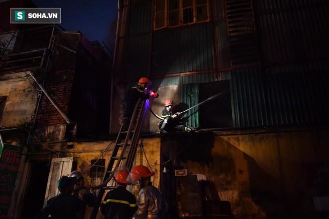 Hà Nội: Cháy dữ dội trong nhiều giờ tại nhà máy phích nước Rạng Đông - Ảnh 33.