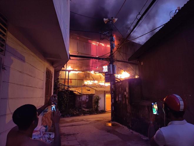 Hà Nội: Cháy dữ dội trong nhiều giờ tại nhà máy phích nước Rạng Đông - Ảnh 47.