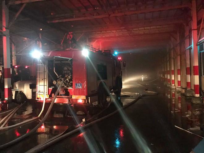 Hà Nội: Cháy dữ dội trong nhiều giờ tại nhà máy phích nước Rạng Đông - Ảnh 48.