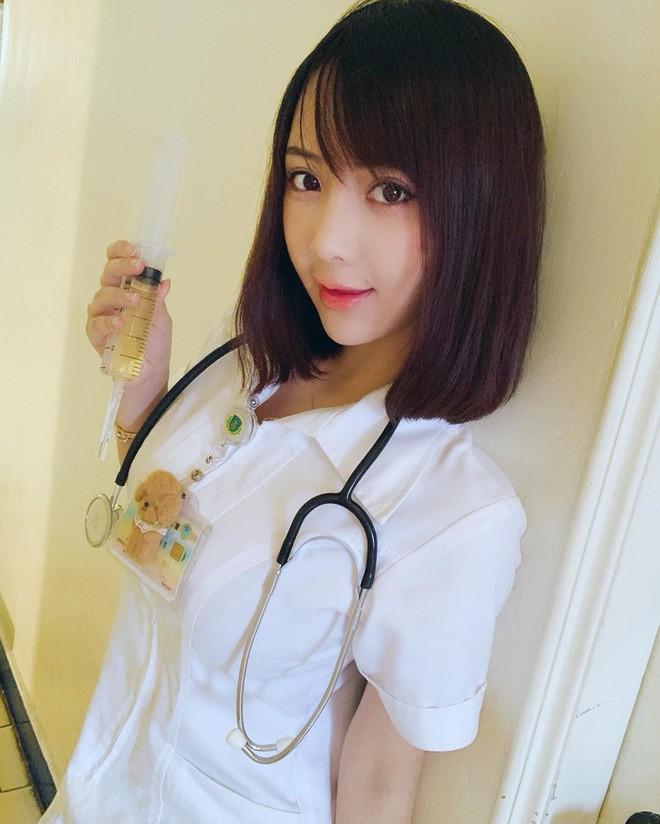 Nữ y tá gây sốt MXH dù đeo khẩu trang kín mít, hình ảnh nóng bỏng ngoài đời càng thu hút - ảnh 6