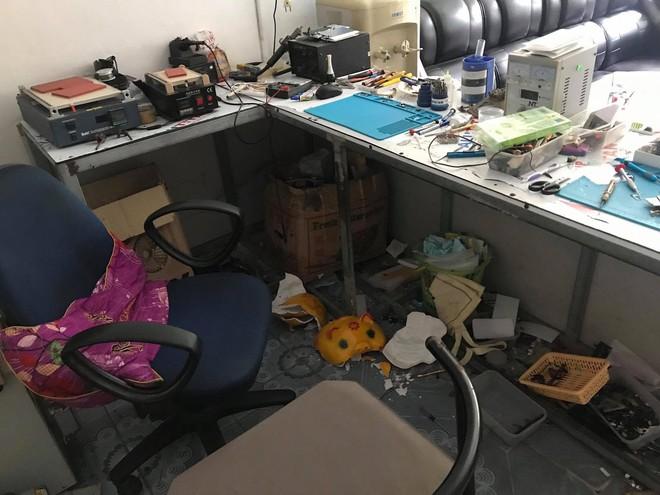 2 kẻ bịt mặt đi ô tô đột nhập cửa hàng lúc mờ sáng, trộm két sắt và 40 điện thoại - Ảnh 2.