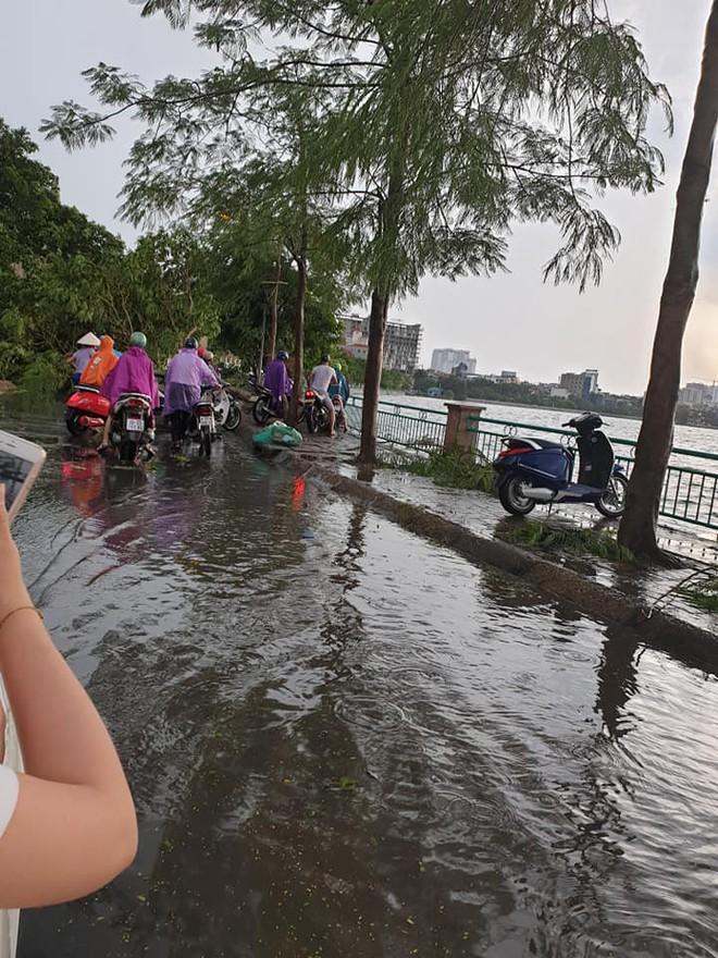 Mưa giông dữ dội từ cuối chiều ở Hà Nội, 1 nam thanh niên bị cây si đổ trúng tử vong - Ảnh 30.