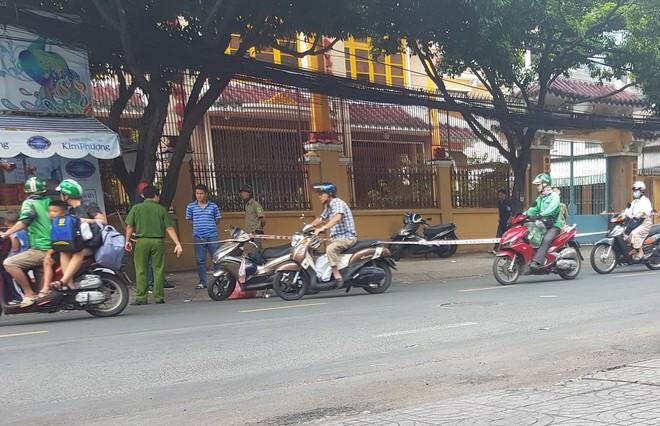 Người đàn ông bị giang hồ chém lìa tay ở trung tâm Sài Gòn đã qua cơn nguy kịch - ảnh 1