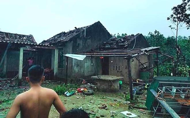Lốc xoáy trước lúc bão vào làm 42 nhà sập và tốc mái, 2 người bị thương