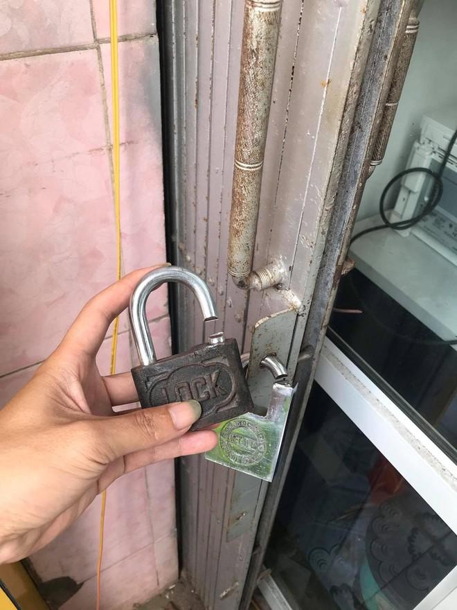 2 kẻ bịt mặt đi ô tô đột nhập cửa hàng lúc mờ sáng, trộm két sắt và 40 điện thoại - Ảnh 1.