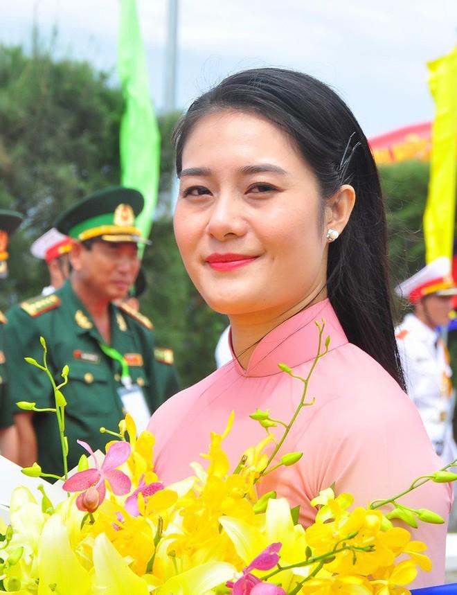 Bóng hồng tặng hoa đoàn quân đội Campuchia cửa khẩu quốc tế Tịnh Biên - Ảnh 1.