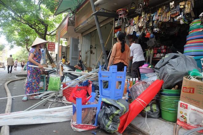 Hàng quán tê liệt, tiểu thương trắng đêm canh giữ hàng hóa sau vụ cháy nhà máy Rạng Đông - Ảnh 5.