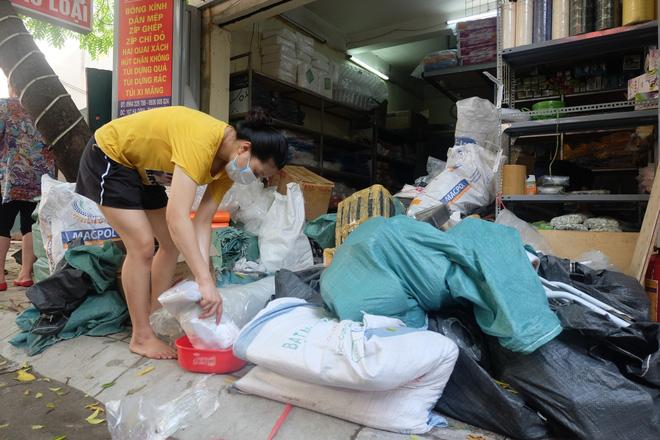 Hàng quán tê liệt, tiểu thương trắng đêm canh giữ hàng hóa sau vụ cháy nhà máy Rạng Đông - Ảnh 7.