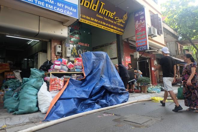 Hàng quán tê liệt, tiểu thương trắng đêm canh giữ hàng hóa sau vụ cháy nhà máy Rạng Đông - Ảnh 6.