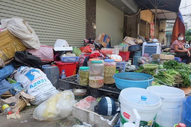 Hàng quán tê liệt, tiểu thương trắng đêm canh giữ hàng hóa sau vụ cháy nhà máy Rạng Đông - Ảnh 9.