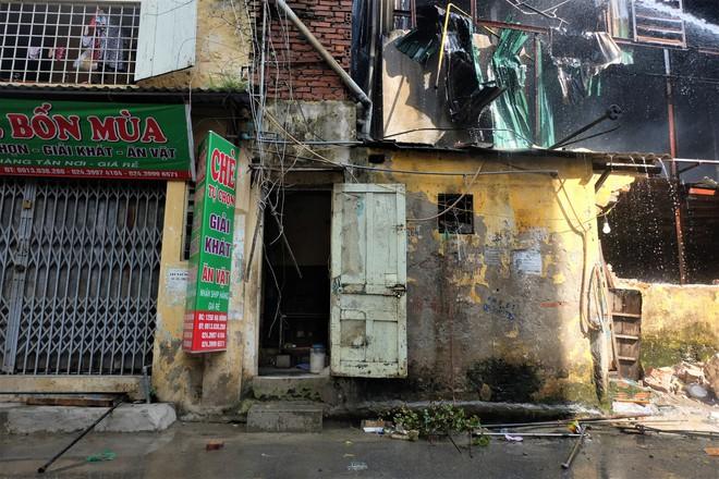 Hàng quán tê liệt, tiểu thương trắng đêm canh giữ hàng hóa sau vụ cháy nhà máy Rạng Đông - Ảnh 4.