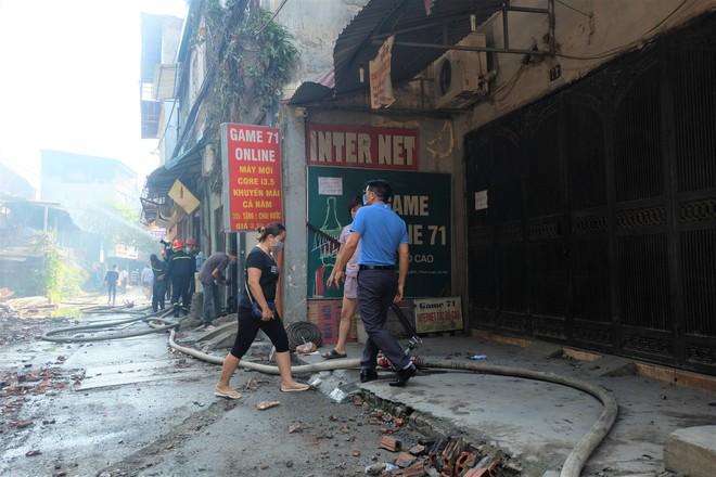 Hàng quán tê liệt, tiểu thương trắng đêm canh giữ hàng hóa sau vụ cháy nhà máy Rạng Đông - Ảnh 3.