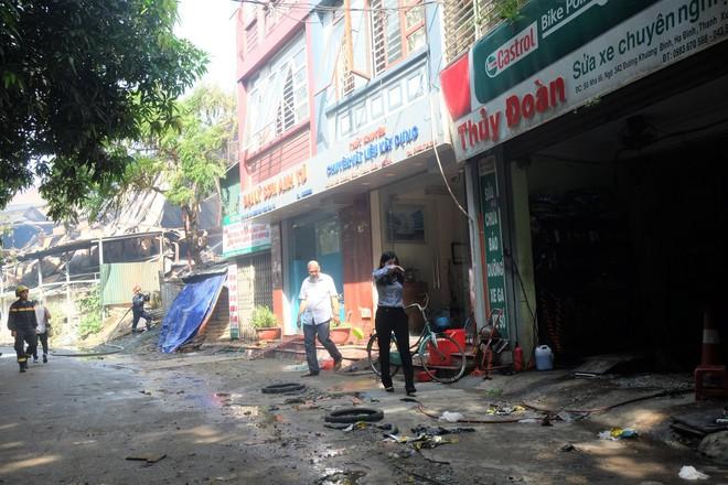 Hàng quán tê liệt, tiểu thương trắng đêm canh giữ hàng hóa sau vụ cháy nhà máy Rạng Đông - Ảnh 2.